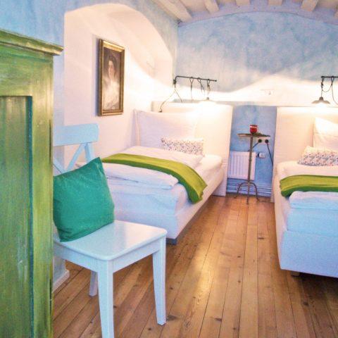 Zum-Grauen-Wolf-In-der-Grub-19-Ferienwohnung-Etage1-2Zimmer-Lindenschanze-Schlafzimmer