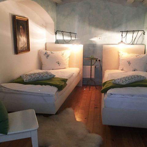 Zum-Grauen-Wolf-In-der-Grub-19-Ferienwohnung-Etage1-2Zimmer-Lindenschanze-Schlafzimmer2